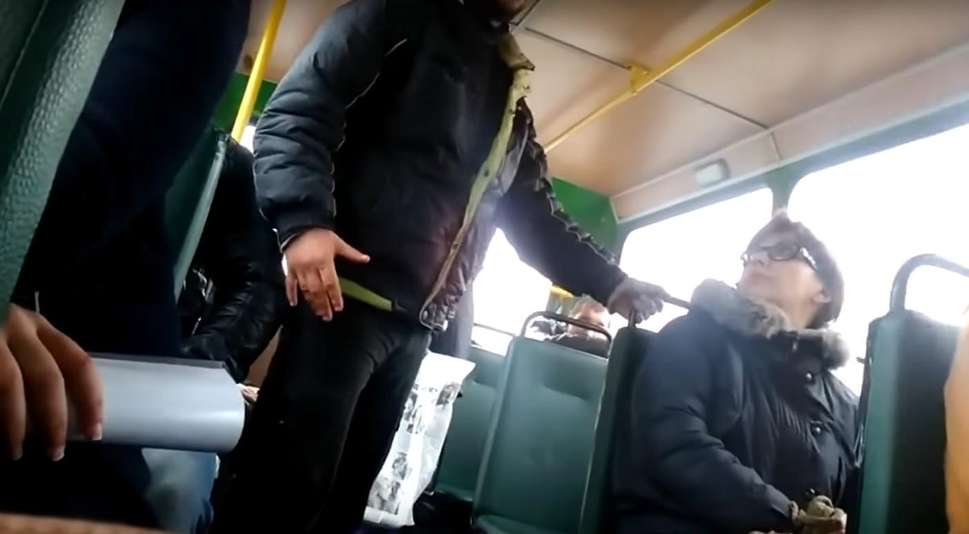 Трахнул в микроавтобусе, Автобус:видео. Бесплатное порно HQ Hole 6 фотография